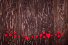 Fundo de madeira dos corações vermelhos pequenos Imagens de Stock Royalty Free