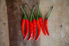 Fundo de madeira encarnado de Chili Peppersover fotos de stock