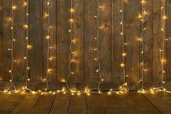 Fundo de madeira escuro com luzes, parede e assoalho, contexto abstrato do feriado, espaço da cópia para o texto imagem de stock