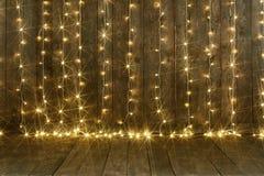 Fundo de madeira escuro com luzes, parede e assoalho, contexto abstrato do feriado, espaço da cópia para o texto fotos de stock royalty free