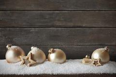 Fundo de madeira escuro da neve do Natal Imagens de Stock Royalty Free