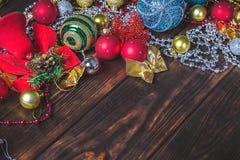 Fundo de madeira escuro do Natal Decorações do Natal blank fotografia de stock