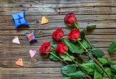 Fundo de madeira gastado com rosas provindas Imagens de Stock Royalty Free