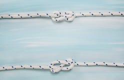 Fundo de madeira marítimo náutico na cor azul com corda Fotografia de Stock Royalty Free