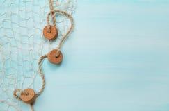 Fundo de madeira náutico marítimo do azul e da turquesa com um fi fotografia de stock royalty free
