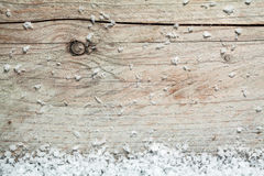 Fundo de madeira rústico com neve do inverno fotografia de stock
