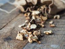 Fundo de madeira rústico do close up de Forest Dried Mushrooms Vista lateral imagens de stock
