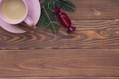 Fundo de madeira rústico do Natal com ramos e café de árvore do abeto fotografia de stock royalty free