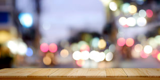 Fundo de madeira superior vazio da noite da cidade da tabela e do borrão imagem de stock