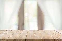 Fundo de madeira vazio da tabela e da janela do borrão com espaço da cópia, montagem da exposição para o produto imagem de stock