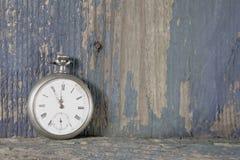 Fundo de madeira velho azul com um relógio de bolso velho fotos de stock royalty free