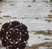 Fundo de madeira velho com guardanapo feito crochê Fotografia de Stock Royalty Free