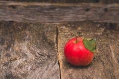 Fundo de madeira velho de Apple Fotos de Stock Royalty Free