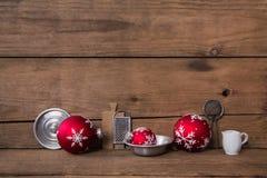 Fundo de madeira velho do Natal com utensílios da cozinha e os vagabundos vermelhos imagem de stock