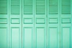 Fundo de madeira verde das portas Fotografia de Stock Royalty Free