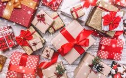 Fundo de madeira Xmas do cartão do Natal, ano novo e Natal, com o efeito dos flocos de neve Imagens de Stock Royalty Free