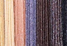Fundo de muitas colares de brilho da bijutaria para a venda Fotografia de Stock Royalty Free