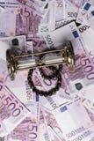 fundo de muitas 500 euro- cédulas com ampulheta e braceletes Moeda da UE Imagens de Stock Royalty Free