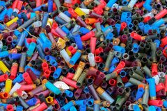 Fundo de muitos shell de espingarda vazios do tiro colorido Foto de Stock