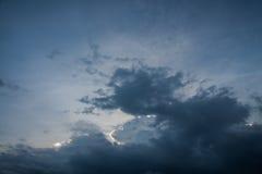 fundo de nuvens de tempestade antes de uma tempestade do trovão Fotos de Stock