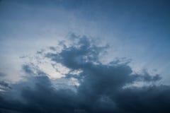 fundo de nuvens de tempestade antes de uma tempestade do trovão Imagens de Stock