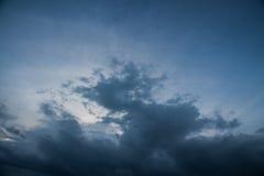 fundo de nuvens de tempestade antes de uma tempestade do trovão Fotos de Stock Royalty Free