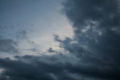 fundo de nuvens de tempestade antes de uma tempestade do trovão Imagem de Stock Royalty Free