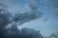 fundo de nuvens de tempestade antes de uma tempestade do trovão Fotografia de Stock