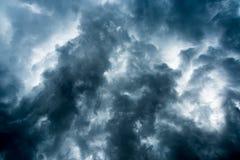 Fundo de nuvens escuras antes de uma trovão-tempestade, luz solar através do fundo muito escuro das nuvens, furo branco no remoin foto de stock royalty free