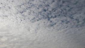 Fundo de nuvens moventes no céu filmado no timelapse vídeos de arquivo