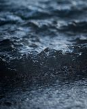 Fundo de ondulação da superfície da água azul Imagens de Stock