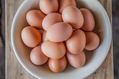Fundo de ovos frescos para a venda em um mercado fotos de stock