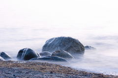 Fundo de pedra bonito do oceano imagens de stock royalty free