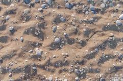 Fundo de pedra natural arenoso e do seixo no dia ensolarado do verão Fotos de Stock Royalty Free