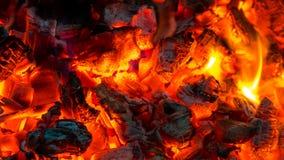 Fundo de queimar carvões quentes, brasas ativamente ardendo sem chama de f imagens de stock