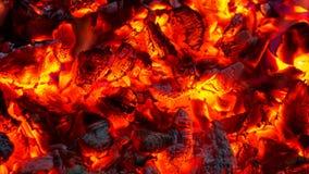 Fundo de queimar carvões quentes, brasas ativamente ardendo sem chama de f foto de stock royalty free
