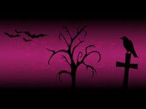 Fundo de Scarry o Dia das Bruxas com a árvore, a cruz, o corvo velho e os bastões do sillhouette roxos Foto de Stock Royalty Free