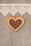 Fundo de serapilheira com pano laçado e coração de madeira Fotografia de Stock Royalty Free