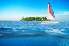 Fundo de superfície da onda do verão do mar com veleiro fotos de stock royalty free
