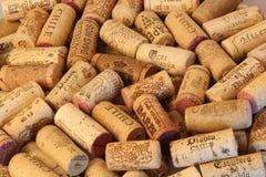 Fundo de tampões do vinho da cortiça de tipos famosos de produtores do vinho Foto de Stock