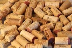 Fundo de tampões do vinho da cortiça de tipos famosos de produtores do vinho Foto de Stock Royalty Free