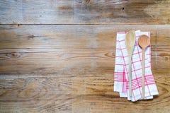Fundo de toalha de cozinha com colheres de madeira Imagens de Stock Royalty Free
