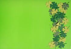 Fundo de trevos verdes sobre o verde Fotos de Stock