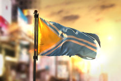 Fundo de Tuva Flag Against City Blurred no luminoso do nascer do sol imagem de stock