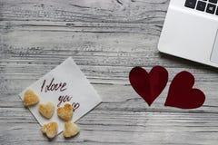 Fundo de um Valentim em uma tabela de madeira com uma cookie do portátil Foto de Stock Royalty Free