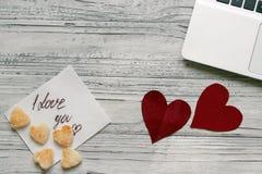 Fundo de um Valentim em uma tabela de madeira com uma cookie do portátil Fotografia de Stock