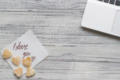 Fundo de um Valentim em uma tabela de madeira com uma cookie do portátil Foto de Stock