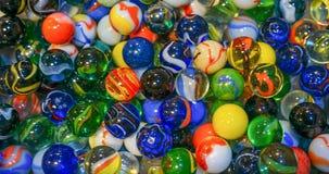 Fundo de uma coleção de uma variedade de mármores coloridos imagens de stock royalty free