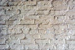 Fundo de uma parede de tijolo pintada com pintura branca imagem de stock royalty free