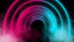 Fundo de uma sala escura vazia com um assoalho concreto, círculos de néon coloridos no centro fotografia de stock